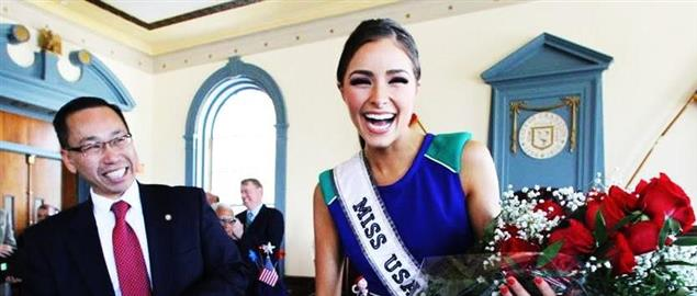Mayor Fung honors Cranston Miss America Olivia Culpo with a key to the City in 2012